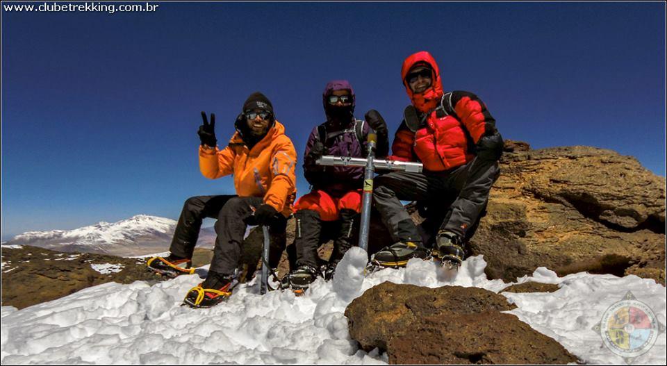 O trio Pedro, Luciana e Tiago no cume do Pissis