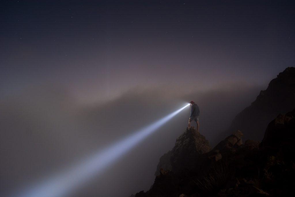 Montanhista com lanterna de cabeça - Foto: Isaac Davis