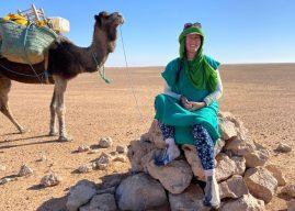 Mulher atravessa deserto do Saara caminhando