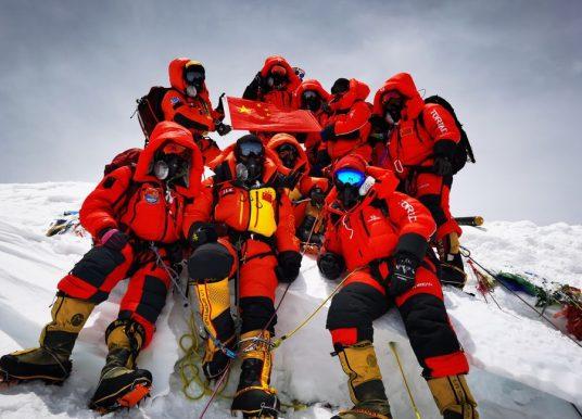 Chineses chegam ao topo do Everest