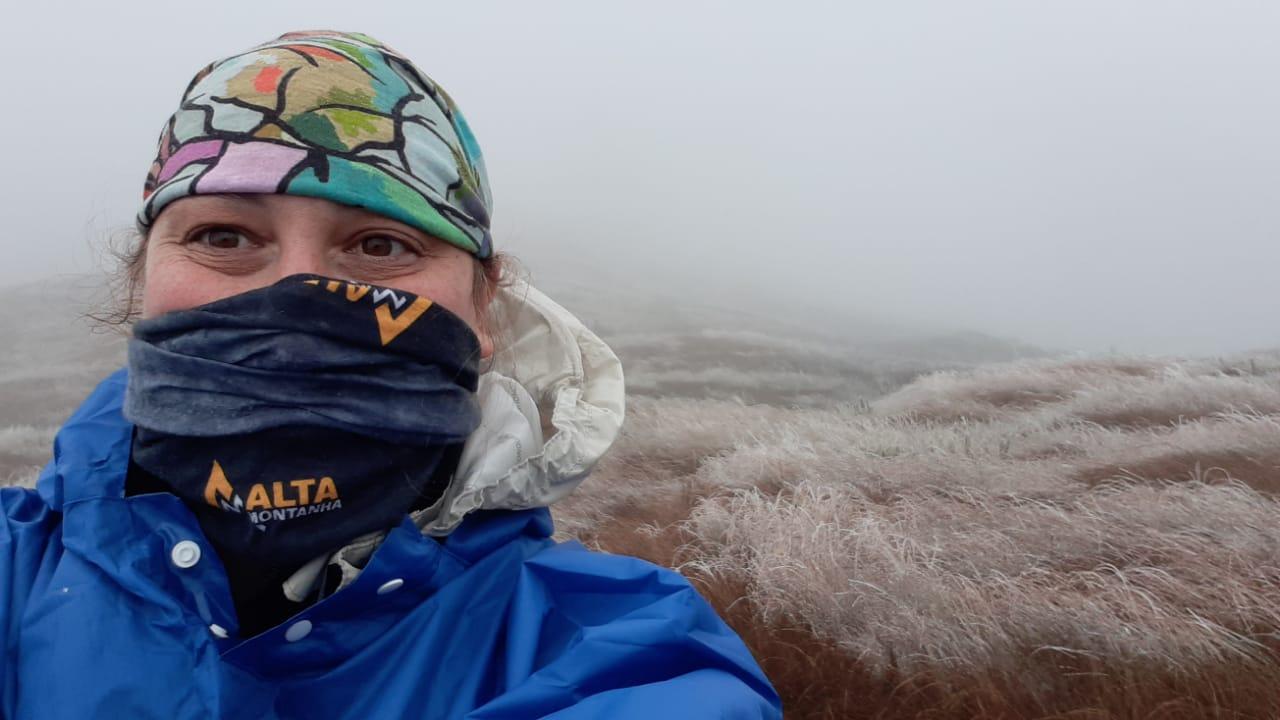 Andressa no Morro do Araçatuba nevado.