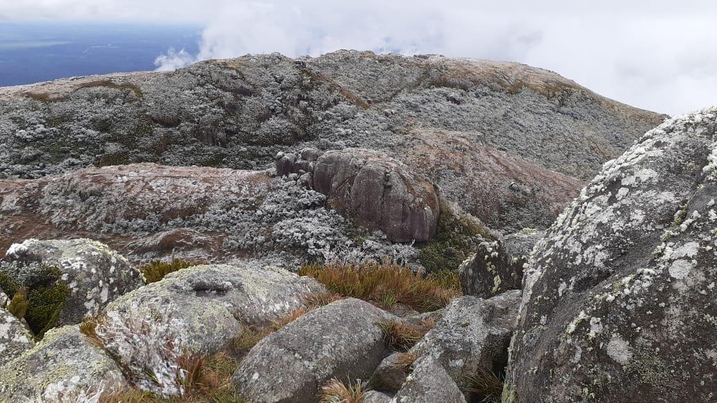 Cume do Morro do Araçatuba ao meio dia.