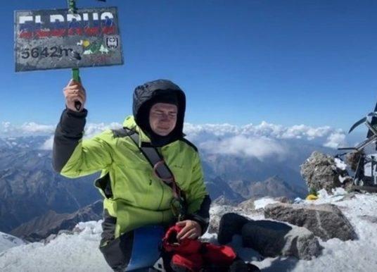 Montanhista sem as pernas escala o Monte Elbrus